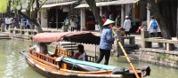 In der neuen Ferienanlage Xiangcun Qizhuang können Besucher in lokalen Unterkünften wohnen und die Landschaft von Zhouzhuang erkunden