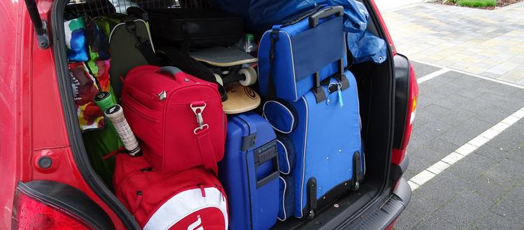 Auto sicher beladen für die Urlaubsfahrt: Schwere Teile nach unten