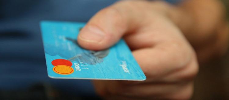 Urlaub am besten mit Kreditkarte – ARAG Experten erläutern das Für und Wider der Kreditkarte als Urlaubskasse