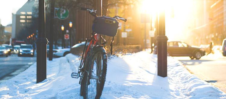 Mit dem Drahtesel durch die kalte Jahreszeit – ARAG Experten über das Fahrradfahren im Winter