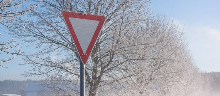 Verschneite Schilder: Kein Freibrief für Autofahrer – ARAG Experten erklären, welche Zeichen trotz Schneeschicht zu beachten sind